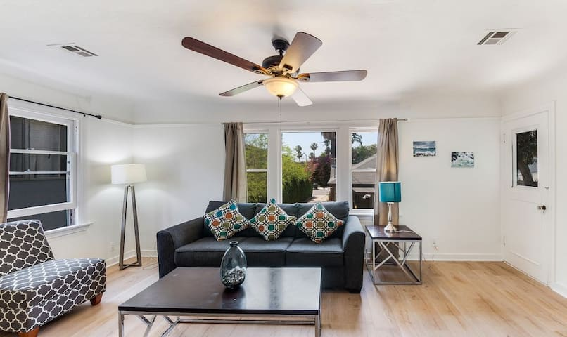 LAD64 - Great 2BR/1BA home in West Hollywood!
