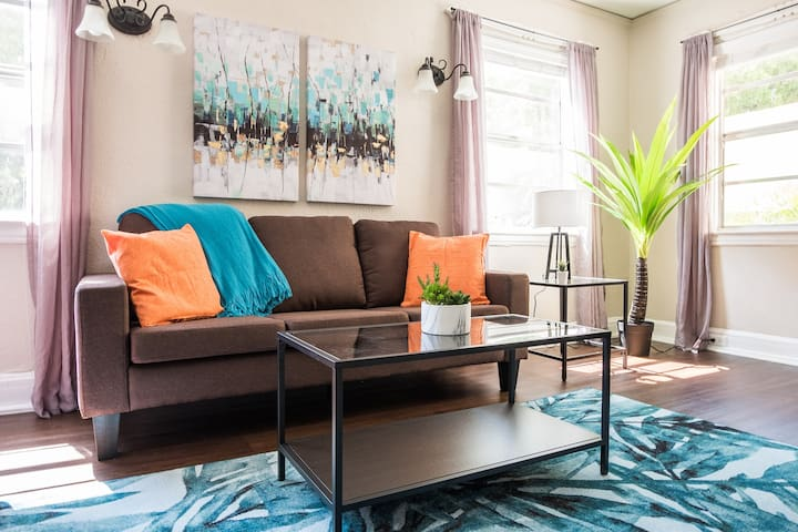 Getaway @ the Bay | Tropical + Cozy 1BR w/ Parking