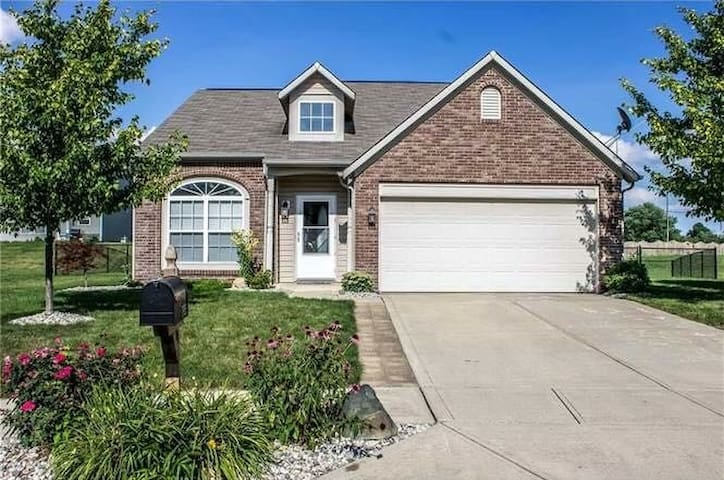 Near Airport & Downtown, Near 465-King Bed & Desk