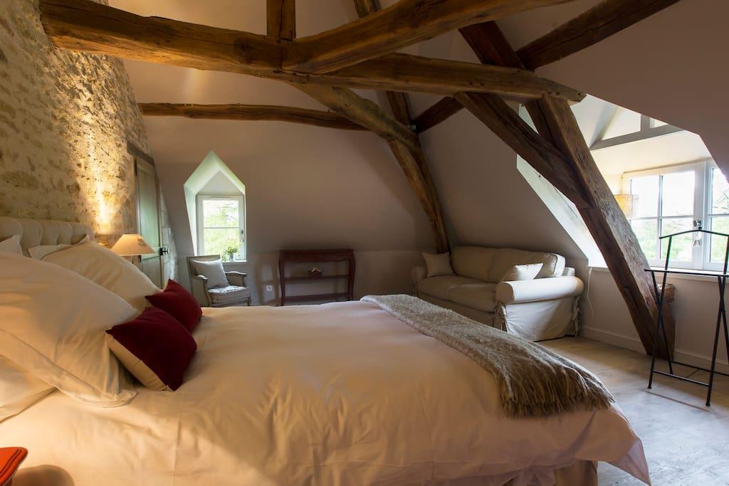 Nos chambres de Charme misent sur l'authenticité avec une décoration soignée et une atmosphère cosy.  Avec une jolie vue sur le parc, les chambres vous apporteront douceur et confort.   Elles sont équipées d'un grand lit avec une literie haut de gamme, couette et des oreillers grand confort.  Les draps sont fournis et les lits sont faits pour votre arrivée.
