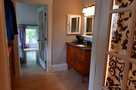 Quiet Queen Bedroom Between Stadium and Downtown - Apartment