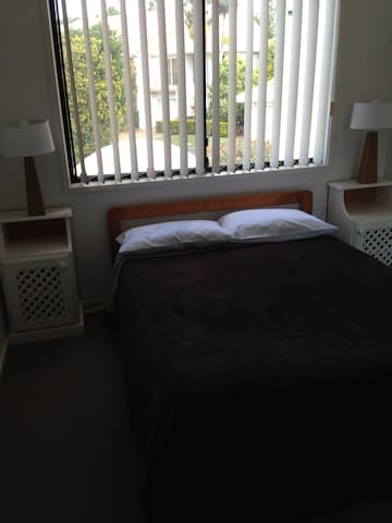 Room & own bathroom available - Hope Island - Reihenhaus