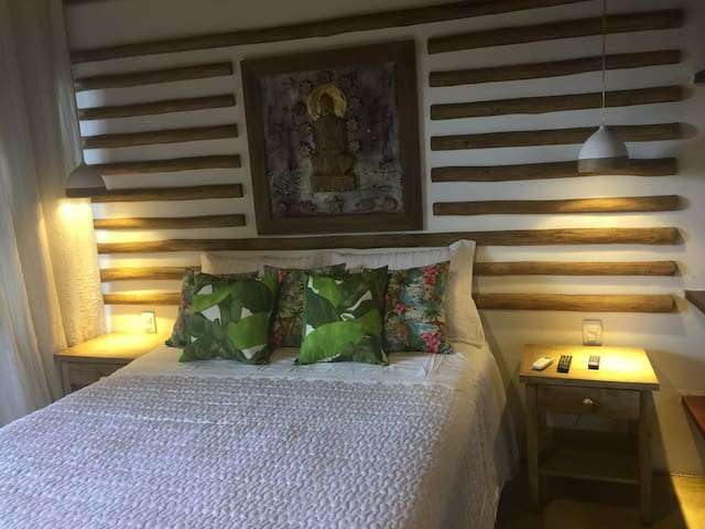 Bangalô Buda com cama King e com varanda , banheiro , tv, ar refrigerado, frigobar