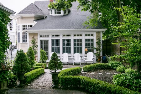 Beautiful Newport home close to water and downtown