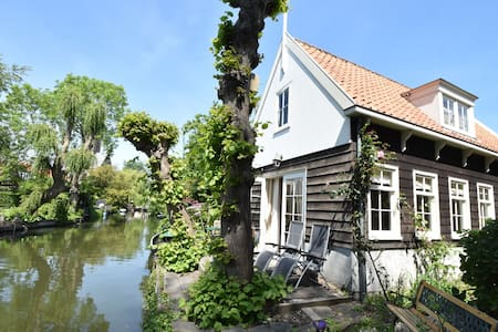 Charming house in the centre of Edam, in a quiet location by the water.
