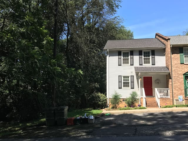 Beautiful Updated Town Home 1 Mile From Campus