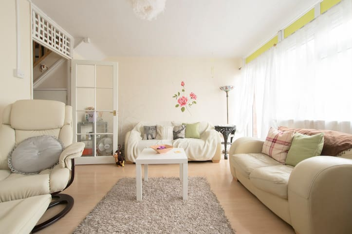 Light, bright and airy flat with double bed