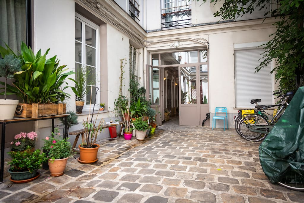 Located ground floor of a 1900e building. View on a nice Parisian courtyard.