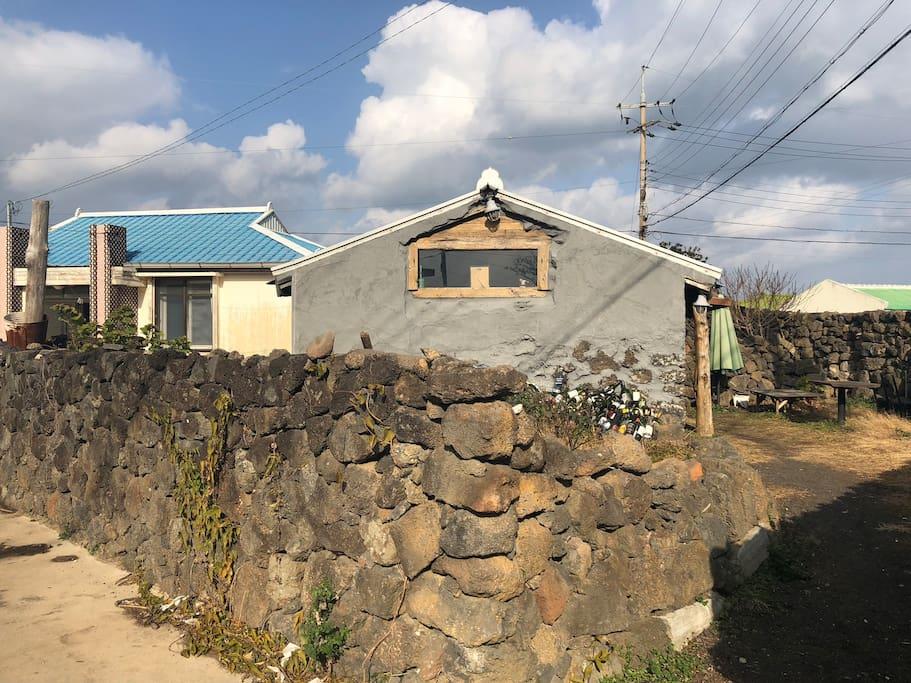 왼쪽 파란지붕이 민박 오른쪽 회색건물은 응식당