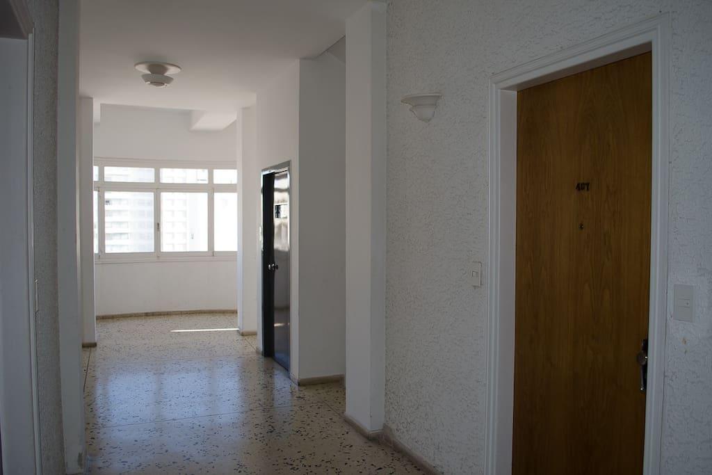 Pasillo y puerta del departamento
