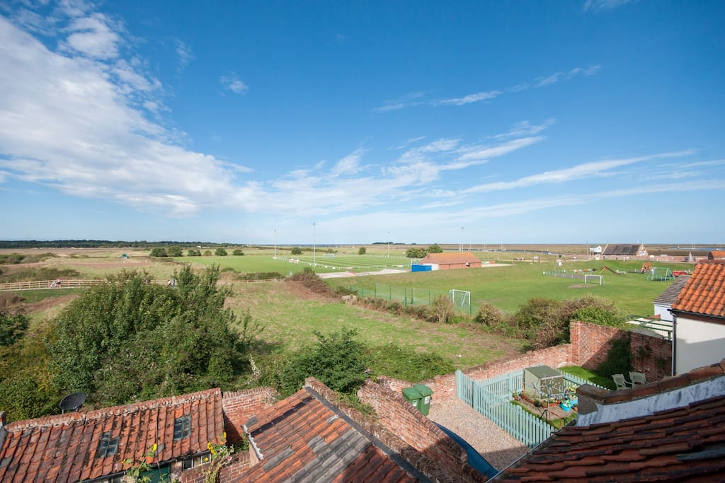 Seaviews from your bedroom- just 10 mins walk from the beach!