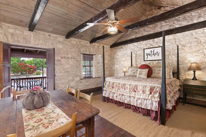 Itz Inn Front Balcony Suite | Sleeps 4 | Next to Hondo's On Main Street