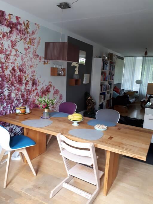 Esstisch mit 3 Stühlen und Hochstuhl