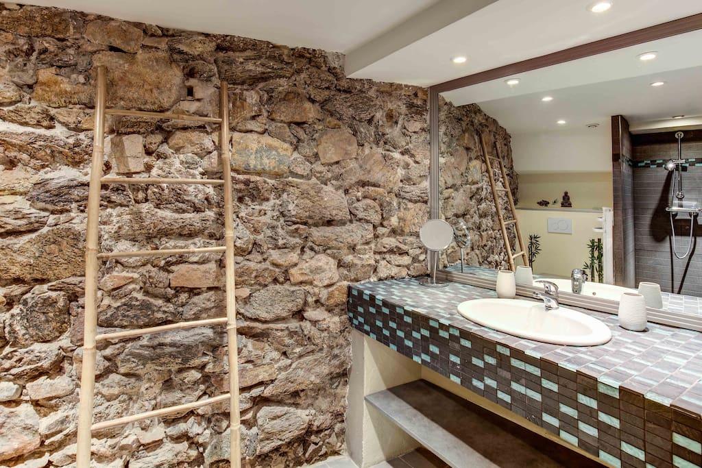 salle d'eau - douche à l'italienne - w-c - lavabo - rangement -sèche-cheveux