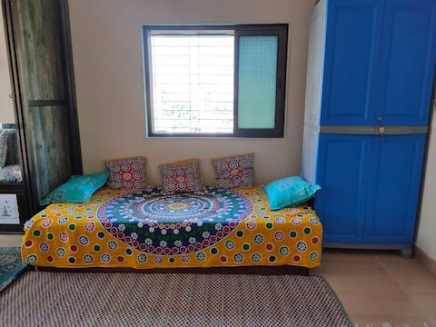 Single bed for female travelers