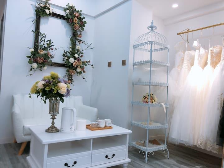 (爱媛民宿希望城店)房间配有7套不同款式婚纱和饰品免费试穿拍照,自助入住。