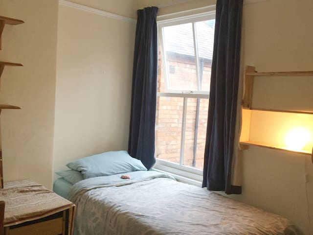 Clean, tidy and comfortable in a great location. - Leicester - Haus