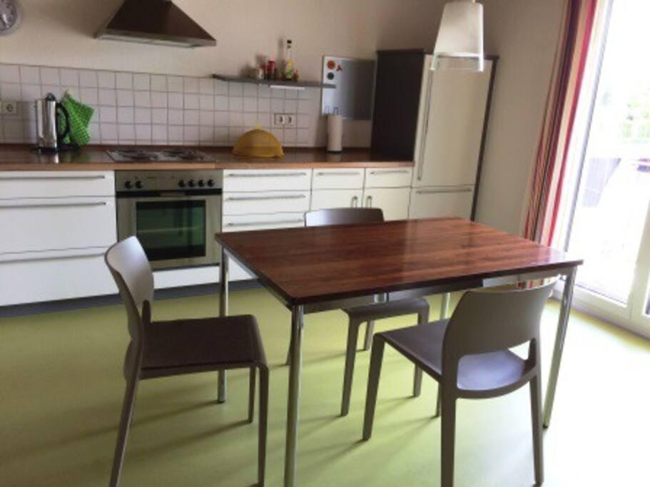 Die Küche mit direktem Zugang zum Balkon mit Spülmaschine, Kaffeemaschine. Voll ausgestattet.