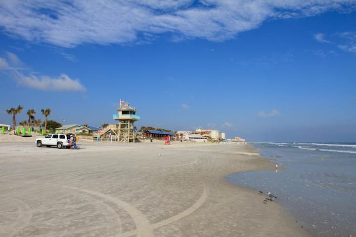 BEACH GETAWAY! 4 COMFY UNITS, POOL, BREAKFAST