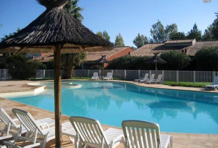 Mini Villa mitoyenne climatisée + piscine