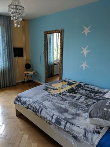 Large king size bed in a generously sized room. Top floor, nice view! Central and quiet.