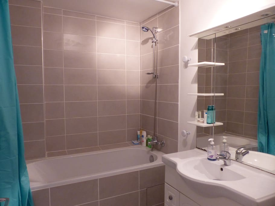 Salle de bain neuve avec baignoire