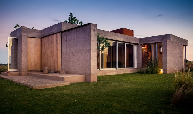 AWARD WINNING ARCHITECTURE near the vineyards! - Mendoza - House