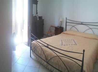 Comoda stanza doppia nel centro storico di Isnello - Isnello - Talo