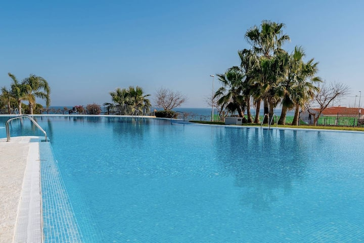 Spacious apartment with pool by the sea WIFI