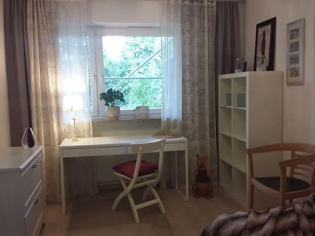 Hübsches Zimmer in Wohlfühl-WG mit privatem Bad! - München - Lägenhet