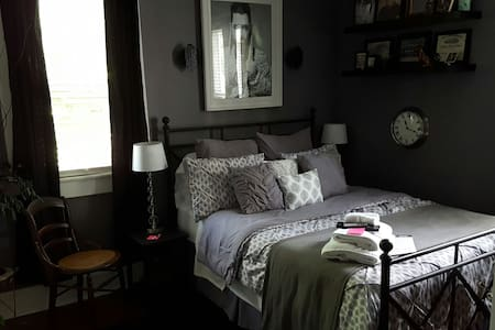Queen Bed Getaway Room - Indianapolis - House