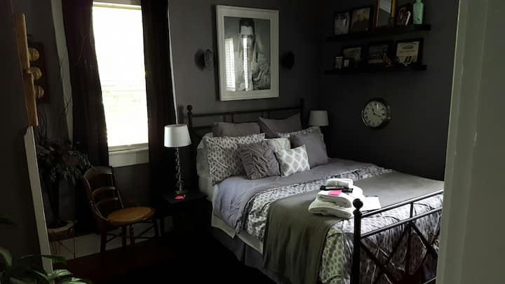 Queen Bed Getaway Room Downtown Indy