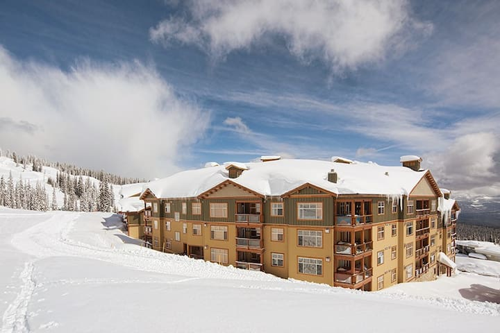 Aspens 2 bdrm condo with hot tub & best ski in/out