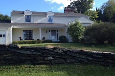 Comfortable traditional home in Waterbury, VT - Waterbury - Hus