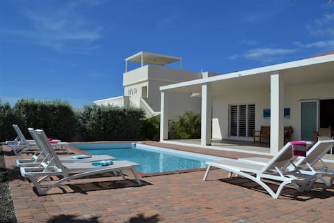 Luxurious, cosy 6 person villa with pool