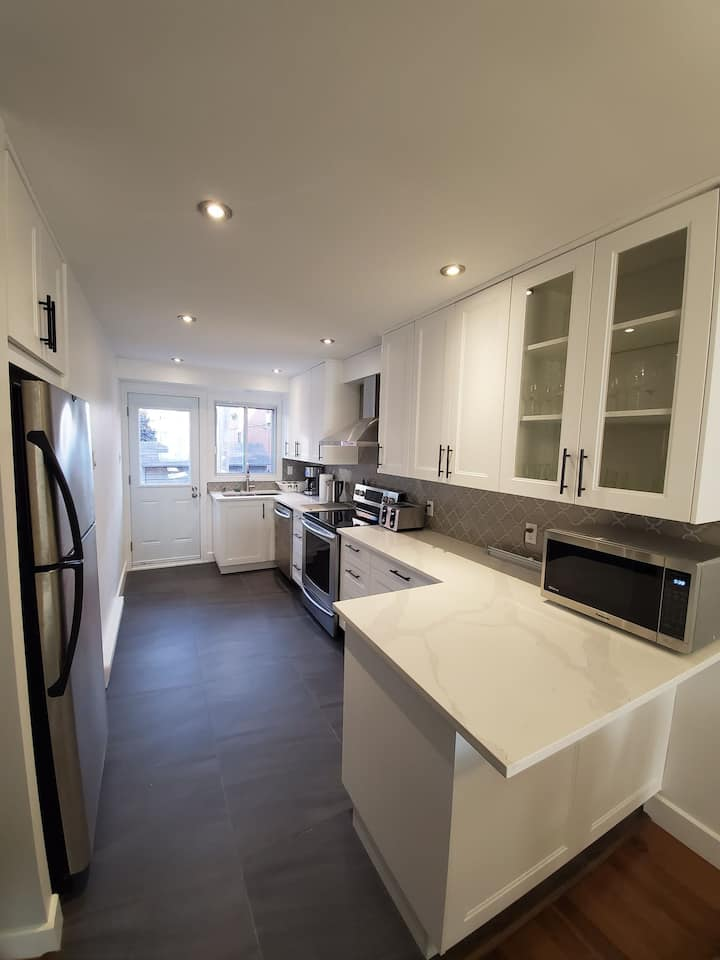 Luxurious 4BR house in Anjou with free parking
