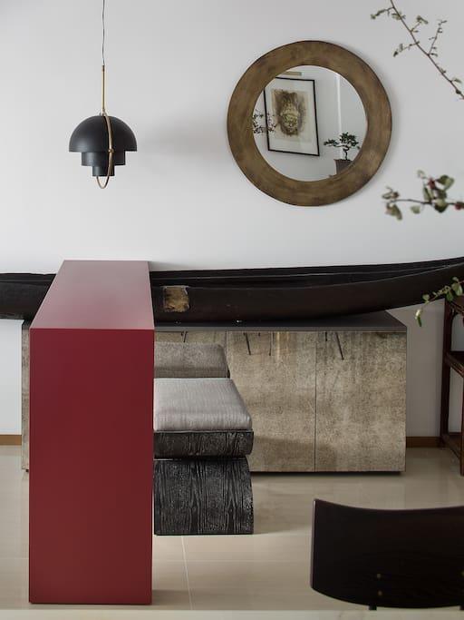 入户:设计由一叶搁浅的扁舟与红色的入户吧台相碰撞完成,给整个空间奠定了艺术气质。