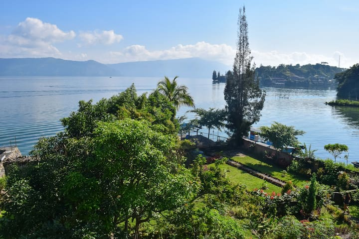 Sony Cottages right on the lake Toba