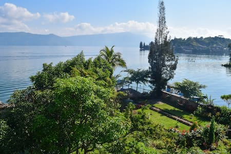 Beautiful Sony cottages right on the lake Toba