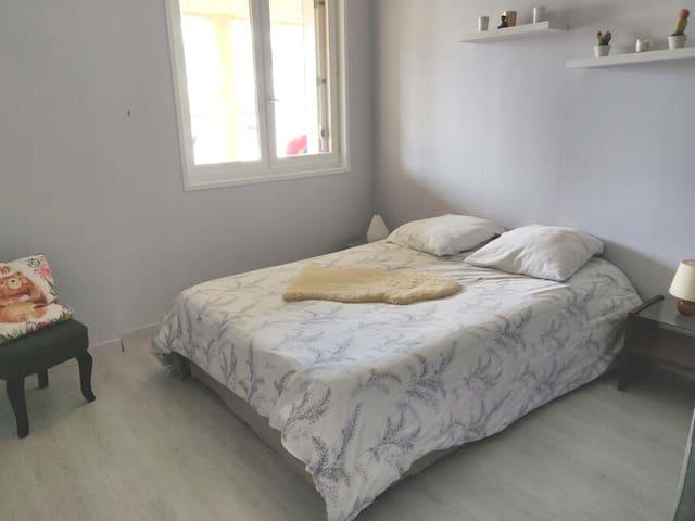 Vue de la plus petite chambre comprenant un lit double de 140 cm