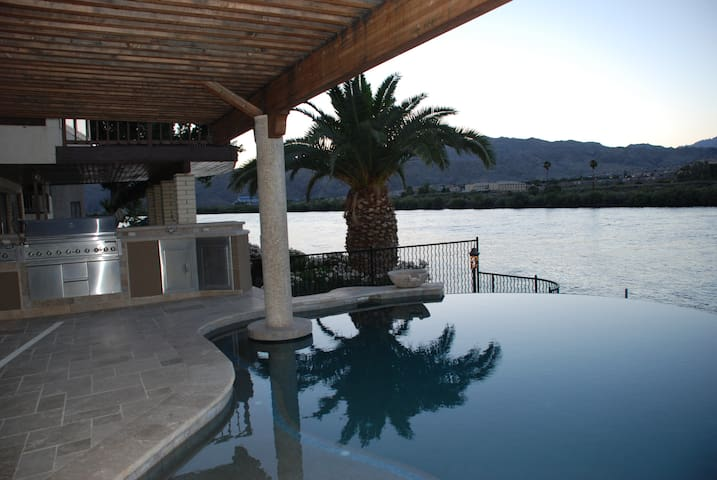 Riverfront Home with Pool, Spa and private dock - Bullhead City - Huis
