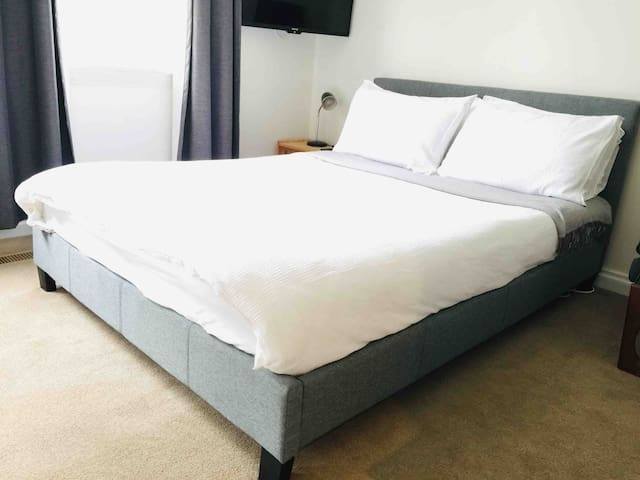 Montmorency double bed 10 mins to train+breakfast
