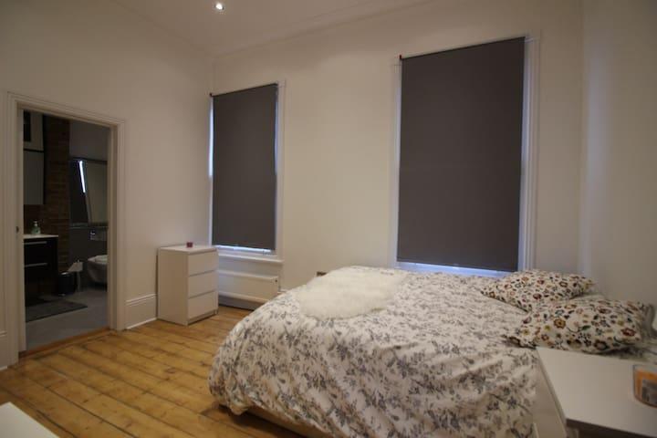 En suite double room in a luxury flat - Londen - Appartement