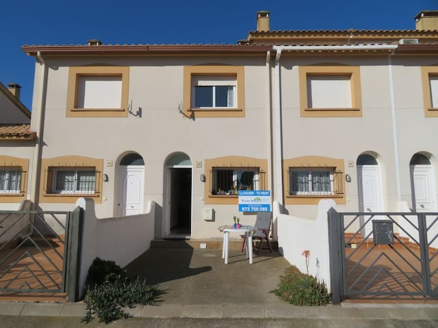 Town house in Estartit, near beach and centre.