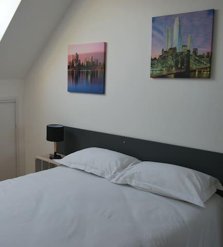 Chambre 2 : lit 140 x 200 cm, literie propre, lit fait à chaque arrivée, placards intégrés dans la chambre, lampe de chevet et multiprises, ... Tout pour passer une bonne nuit !