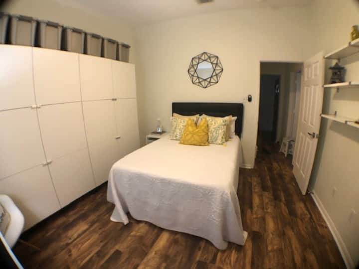 Relaxing Guest Room close to Space Center Houston