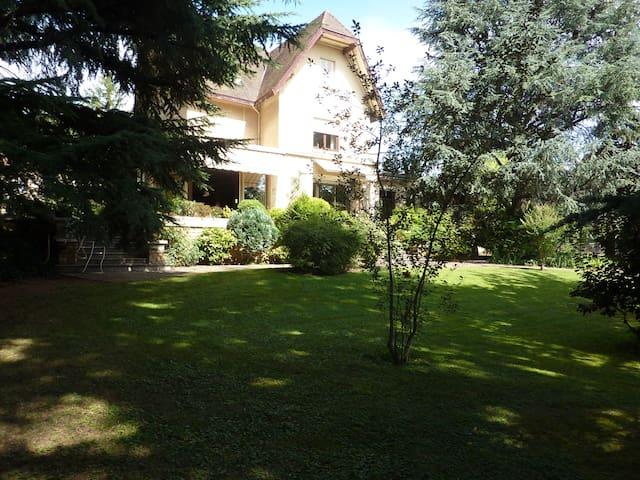 Grande maison piscine jardin, à 20 minutes de Lyon