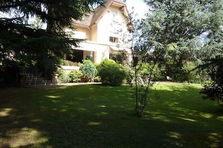Grande maison piscine jardin, à 20 minutes de Lyon - Grigny