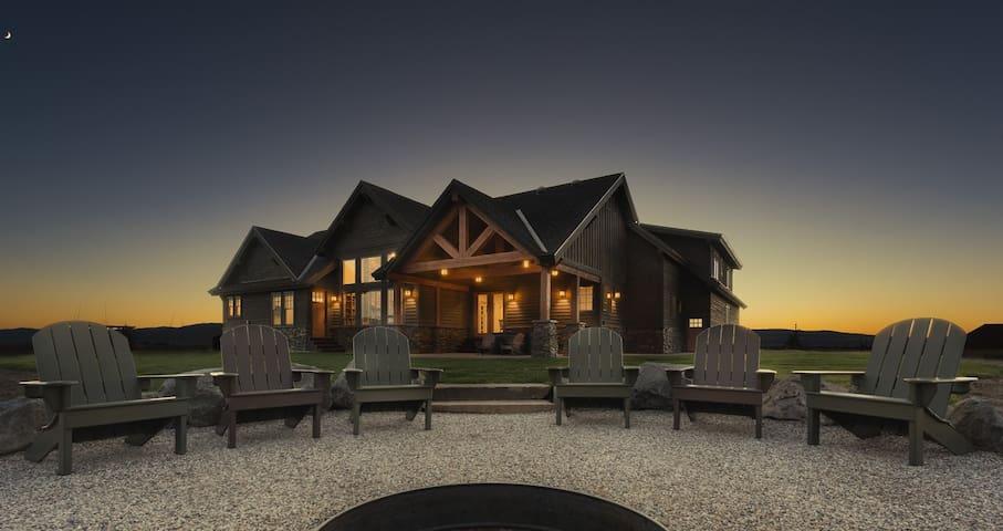 Tetonia Wilderness Lodge - Vacation Rental Dream with Hot Tub