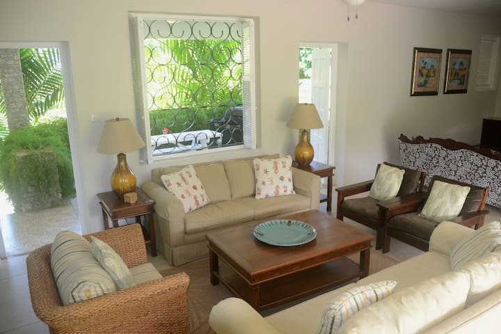 Bright & Airy 4-Bed Villa Chelbarina, Walk 2 Beach